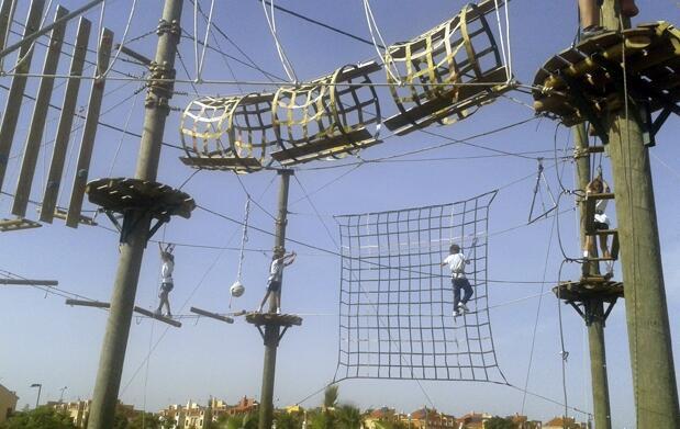 Circuito aéreo de cuerdas y tirolinas